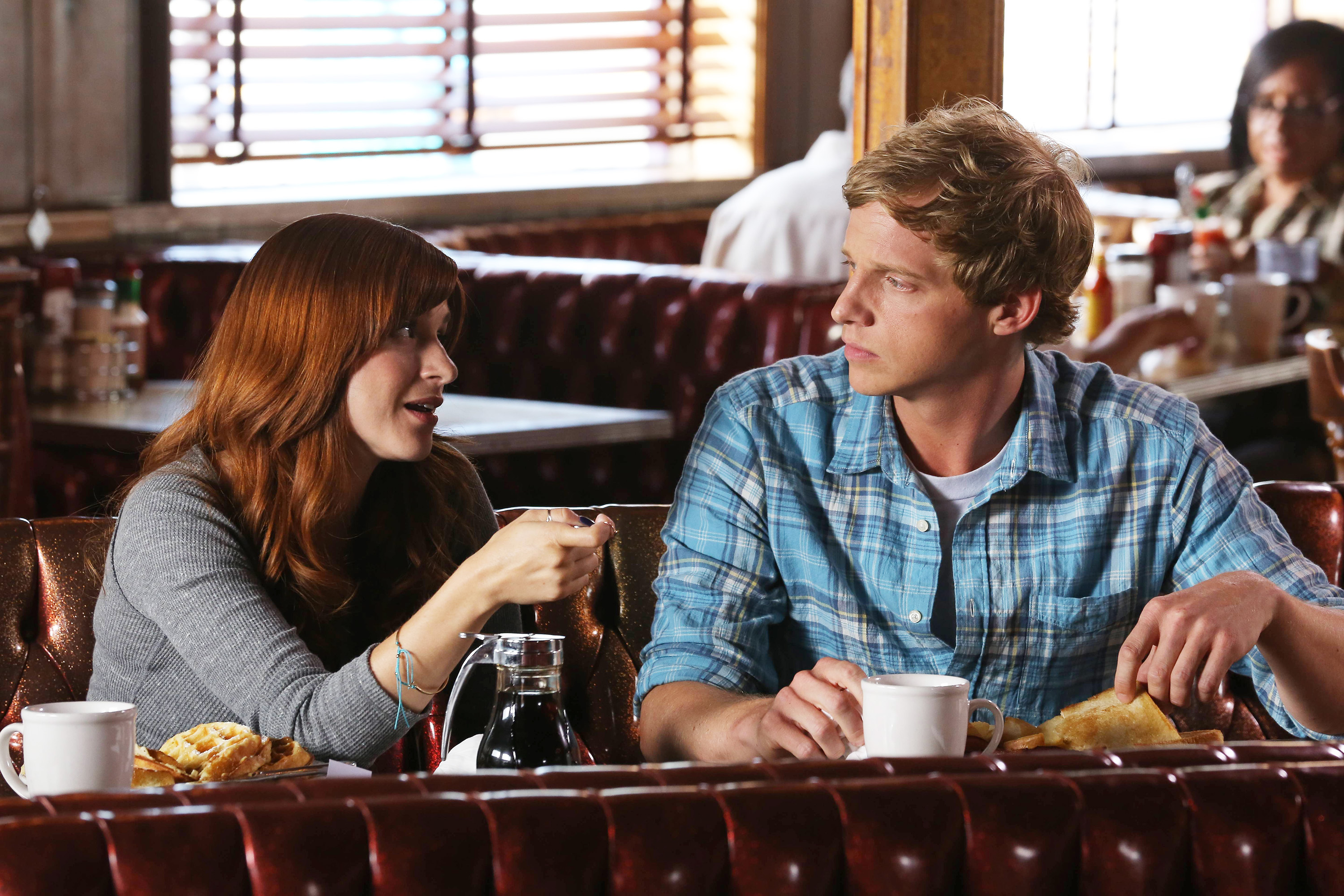 (L-R) Aya Cash as Gretchen Cutler, Chris Geere as Jimmy Shive-Overly -- CR: Byron Cohen/FX