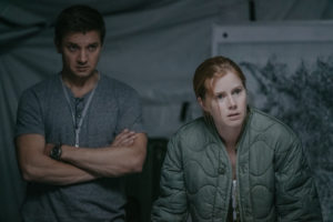 (L-R) Jeremy Renner as Ian Donnelly and Amy Adams as Louise Banks in ARRIVAL. Courtesy of Paramount Pictures.